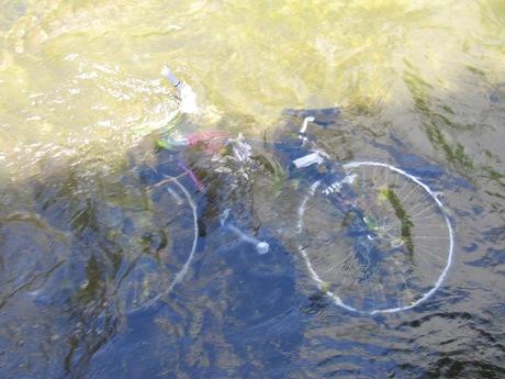 Niektórzy z braku miejsc parkingowych swoje rowery wpuszczają w kanał.