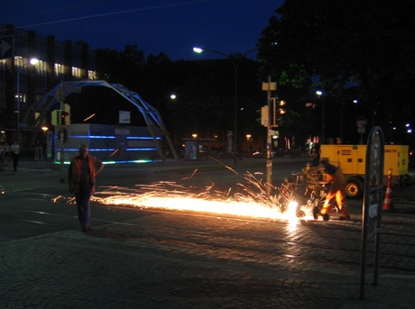 Fryburg nocą - remont torowiska obok teatru.