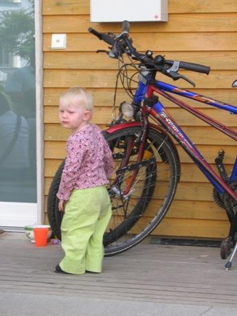 Dziecię przed domem.