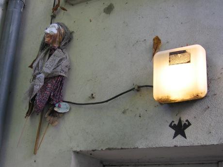 Baba Jaga w podwórzu.