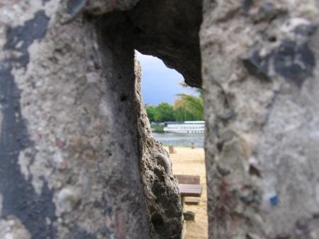 Widok przez dziurę w murze berlińskim