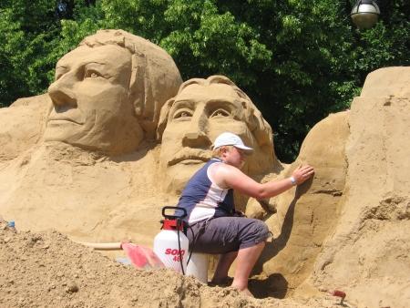 Rzeźba z piasku na ulicy 17 czerwca.