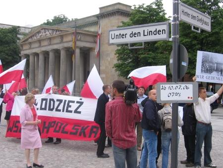 Młodzież Wszechpolska protestująca na Unter den Linden.